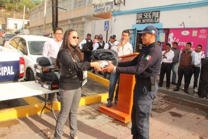Alcalde mejora la imagen de la policía municipal entregando uniformes