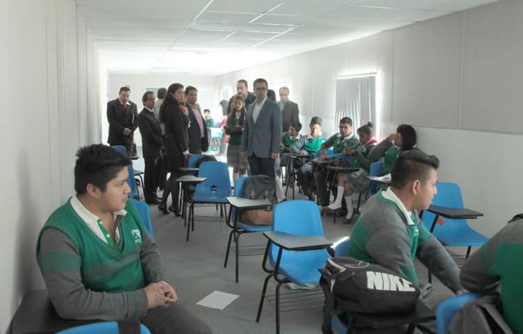 Supervisa Secretario de Educación aulas móviles y temporales en Cecyte de Tlalcuapan