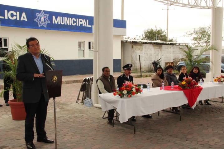 Alcalde entrega apoyos e incentiva a policías mejorar su trabajo