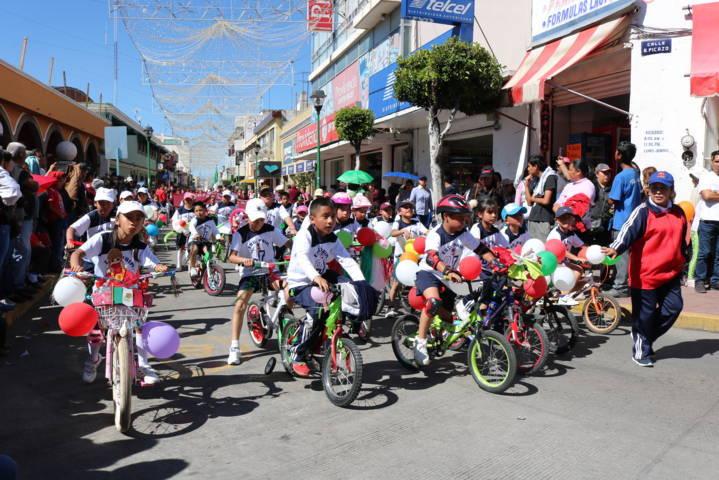 Héctor Domínguez Rugerio entrega Premio Municipal del Deporte en desfile