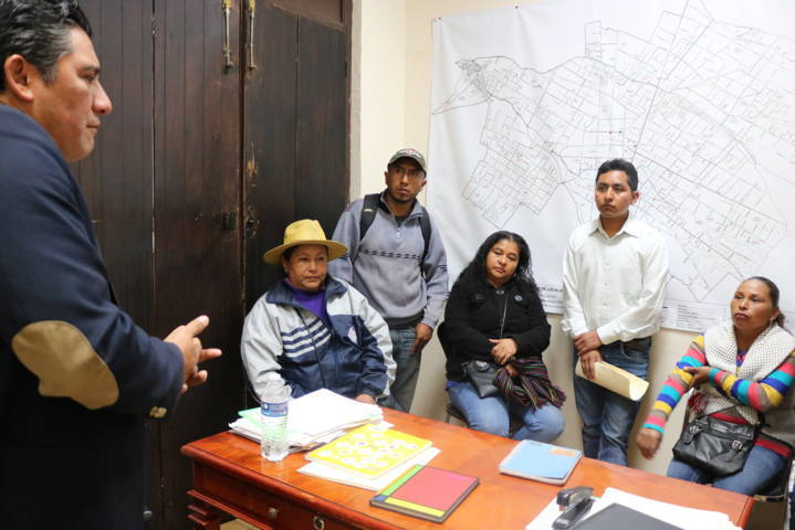 Héctor Domínguez Rugerio llega a acuerdos con comerciantes del Mercado Navideño