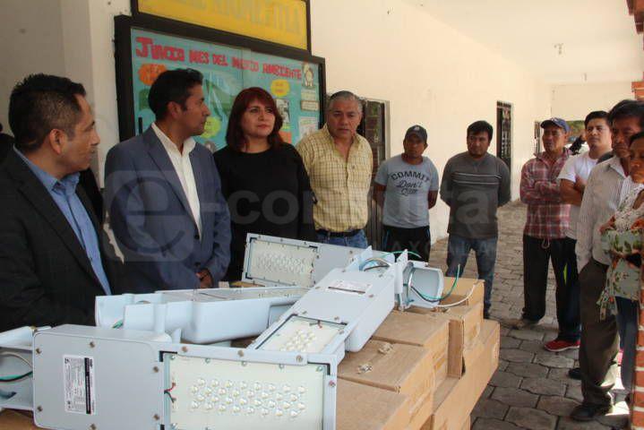 Alcalde continúa modernizando el alumbrado público ahora en Ayometitla