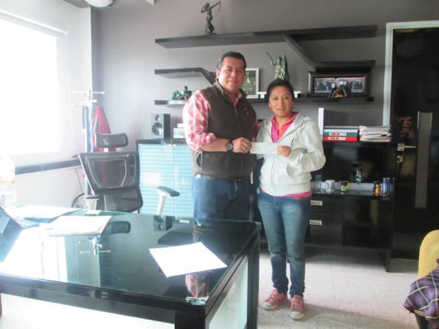 Alcalde de Tzompantepec entrega apoyo a futbolista