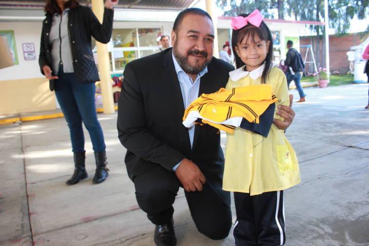 Alcalde apoya la economía familiar entregando uniformes a preescolar