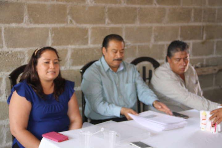 Entrega alcalde de Zacatelco última fase escrituras a familias