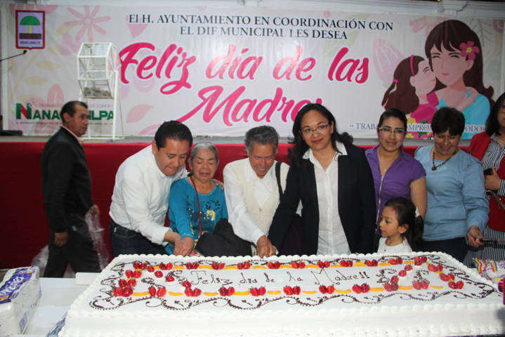 Alcalde celebró a las mamás con muchos regalos, sorpresas y un pastel