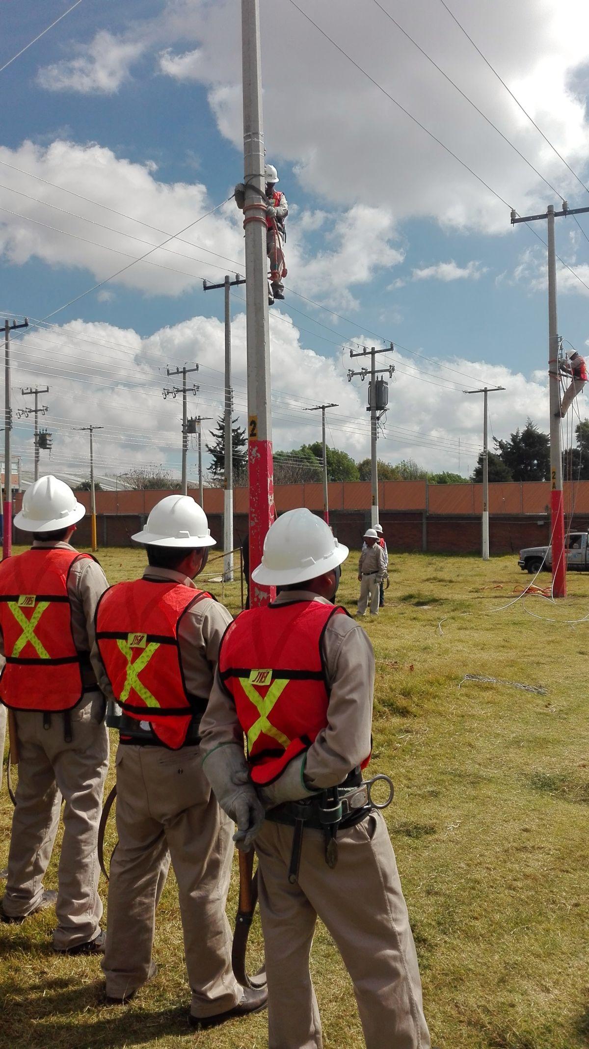 70 trabajadores de la CFE colaboran para restablecer energía eléctrica en Oaxaca