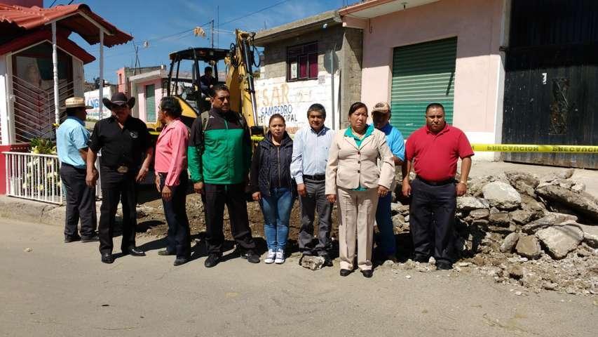 Ayuntamiento rehabilita red de drenaje sanitario en la calle 2 de abril