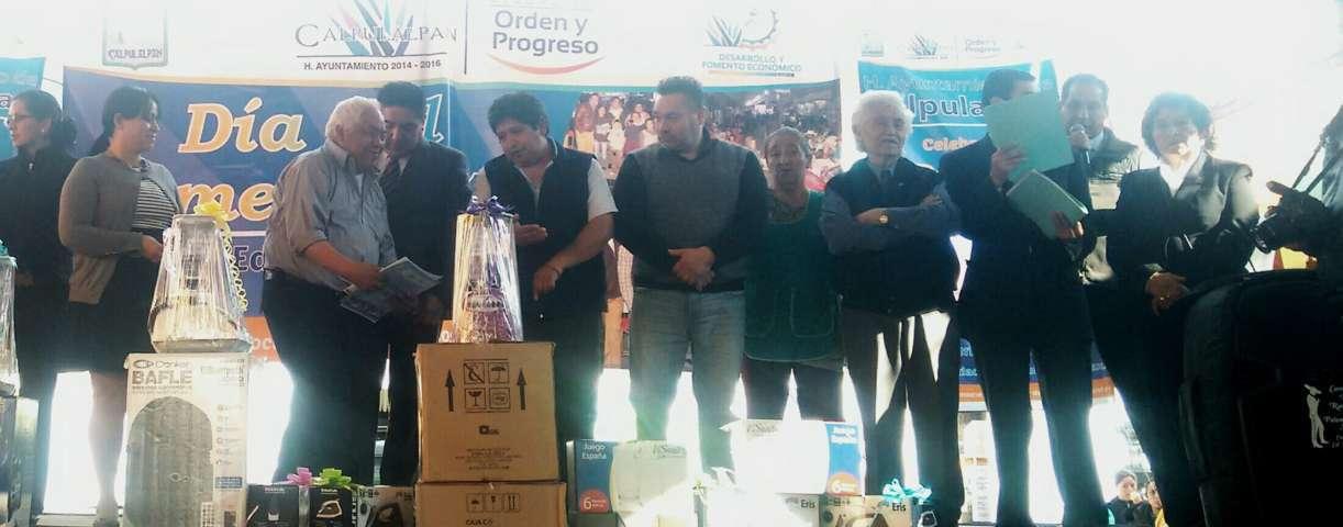 Reconocen a comerciantes por su aportación a la economía Calpulalpense