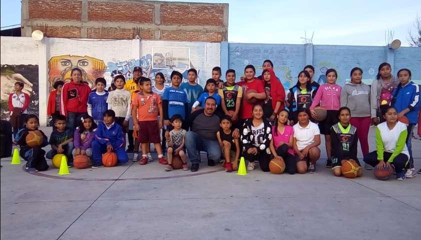 Alcalde fomenta el deporte inaugurado una escuela de basquetbol