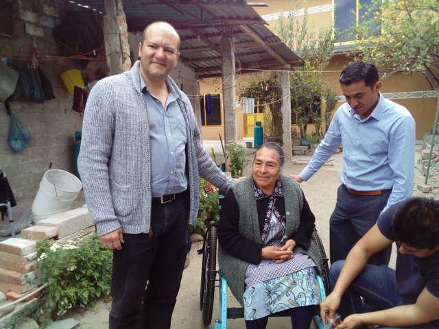 Entregó diputado Juan Corral sillas de ruedas a personas de la tercera edad en Xochicalco
