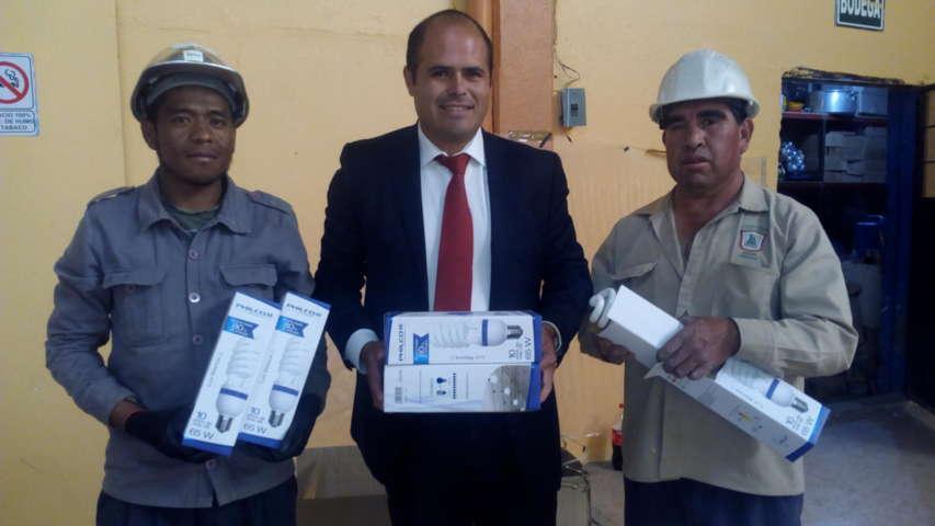 Trabajan en rehabilitación de alumbrado público en Santa Cruz Tlaxcala