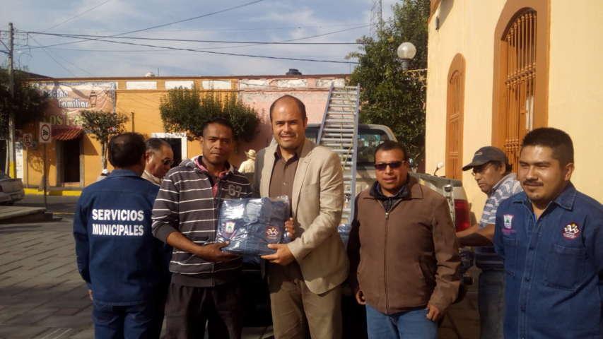 Trabajadores de Santa Cruz Tlaxcala recibieron uniformes