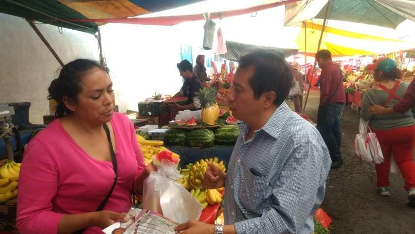 Sale en hombros del tianguis de La Loma Xicohténcatl