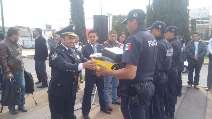 Entregan en Calpulalpan dos nuevas patrullas, uniformes y kits especiales
