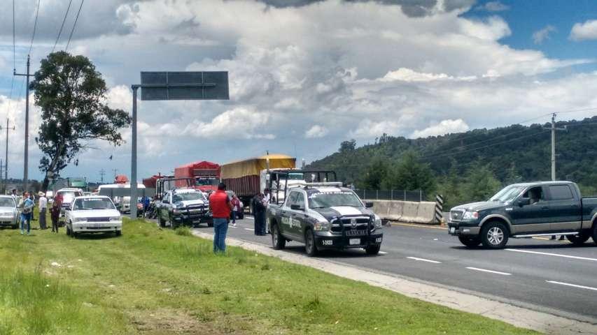 Pobladores de Hueyotlipan cierran carretera, exigen destitución de Alcalde