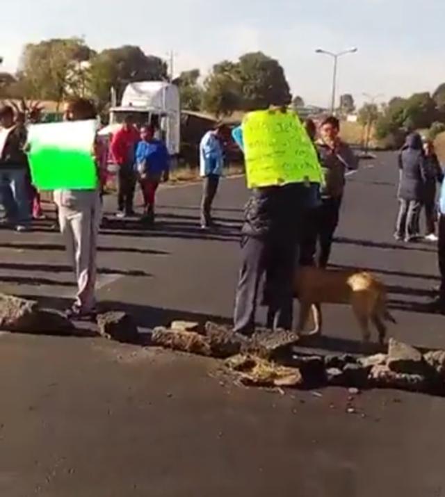 Padres de familia cierran carretera vía Corta a la altura de Acuamanala