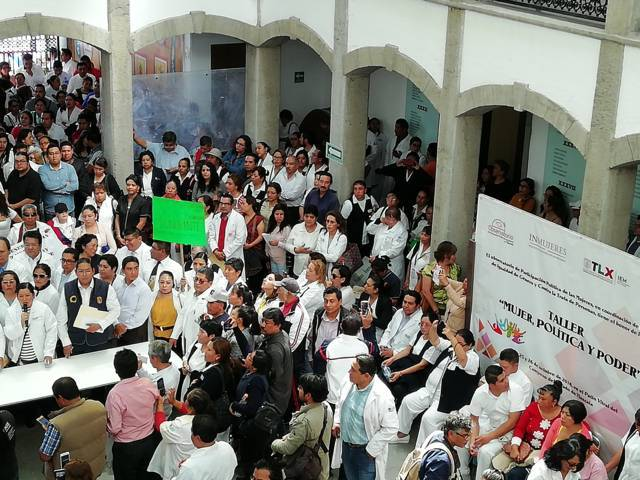 Blanca Águila cumple su amenaza y planta 200 gentes frente al Congreso