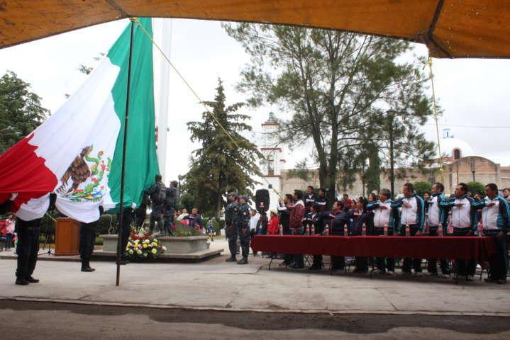 Alcalde entrega Asta Monumental y encabeza desfile del 20 de noviembre