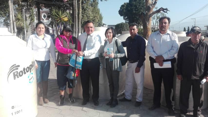 Entregan 41 tinacos a familias de Tetla de la Solidaridad
