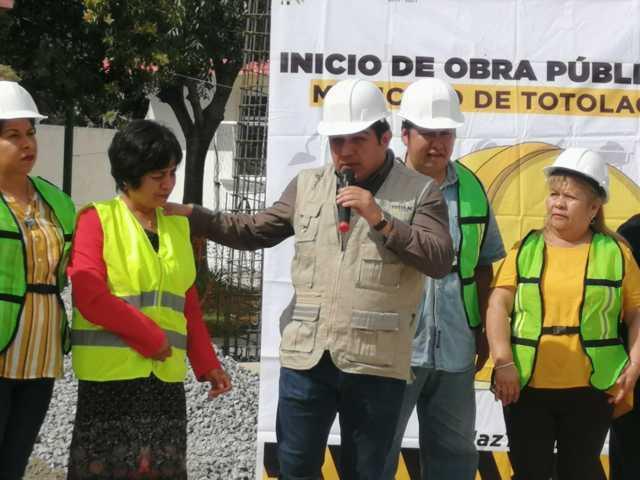 Alcalde impulsa la educación en la telesecundaria con una techumbre