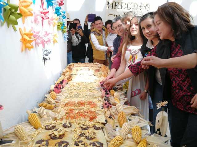 Artesanos de Tlaxco elaboran un mega tamal de 3 metros de largo