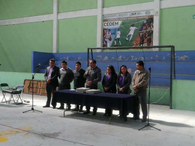 Caballero Yonca entrega escrituras a 39 familias en Ixtenco