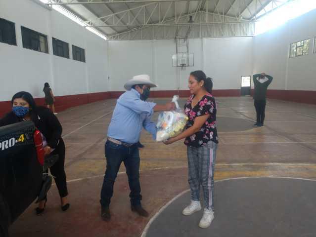 Alcalde de Panotla entrega despensas a pobladores
