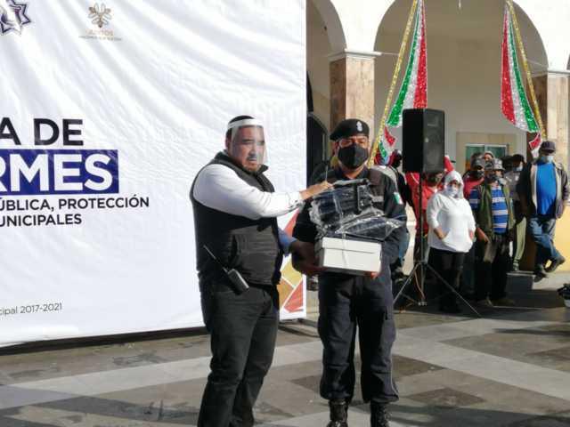 José Isabel entrega uniformes a policías, PC y servicios municipales