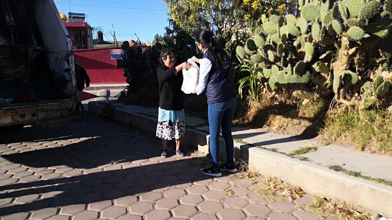 Entregan a ciudadanos de Tetla donación de insumos sanitarios por parte de la empresa kimberly Clark