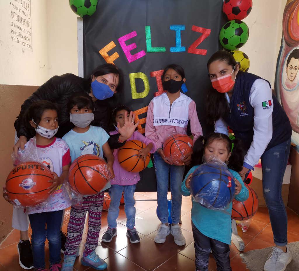 Entrega DIF de Tetla de la Solidaridad regalos a niñas y niños