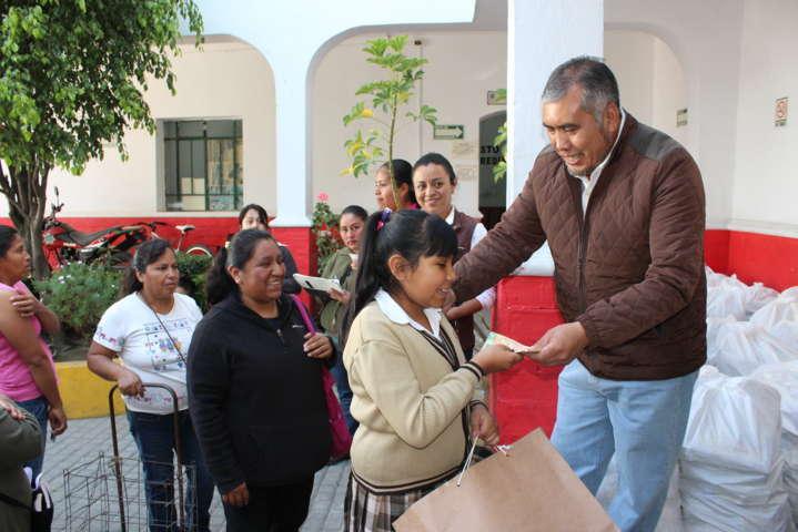 Alcalde estimula la educación con becas económicas y despensas