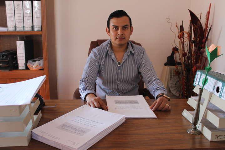 Alcalde da certeza jurídica sobre su patrimonio a 150 familias del municipio