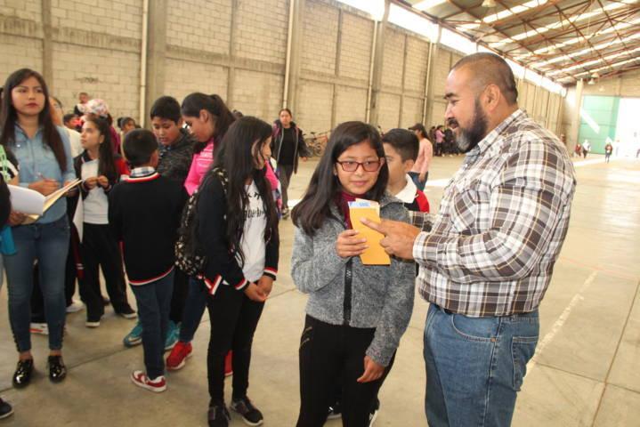 Con becas y despensas a estudiantes fortalecemos la economía familiar: alcalde