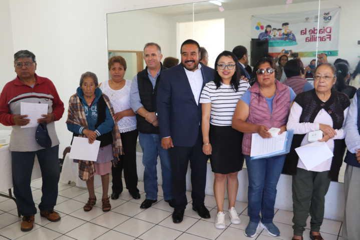Entregan en Xicohtzinco aparatos auditivos a pobladores beneficiados