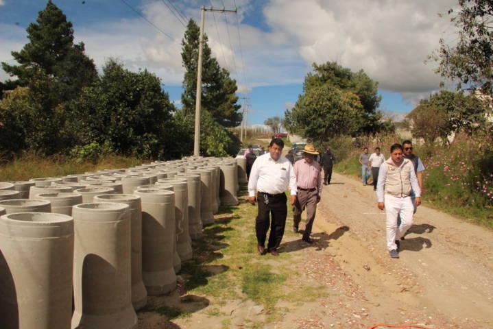 Pluma Morales supervisa obra de drenaje sanitario en Calnahuac
