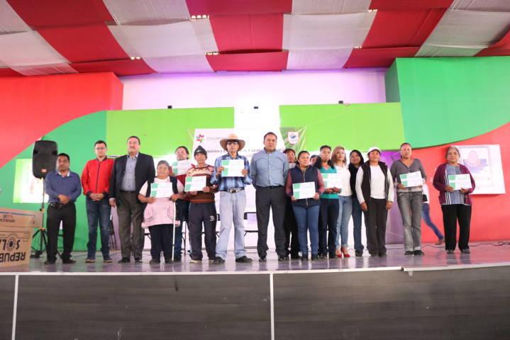 Entrega Héctor Domínguez Rugerio calentadores solares a familias chiautempenses