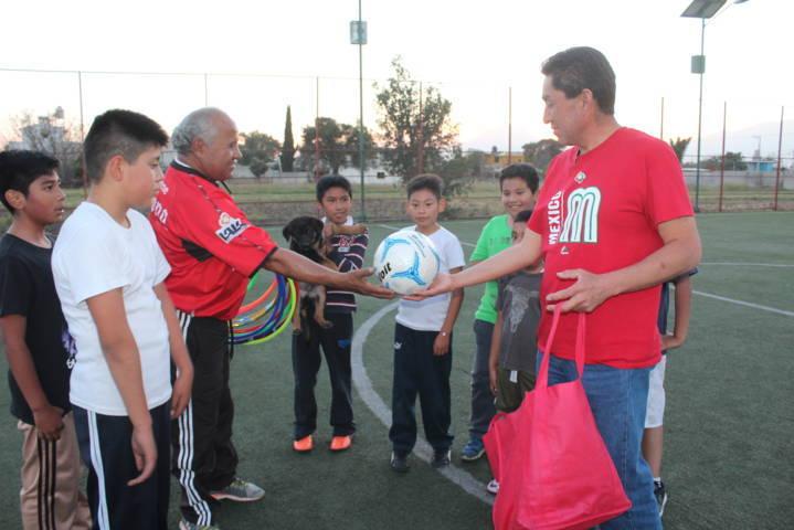 Ayuntamiento fomenta el deporte en niños entregando balones y aros