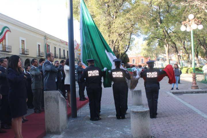 Alcalde de Santa Cruz Tlaxcala encabezó arrío de lábaro patrio en la capital