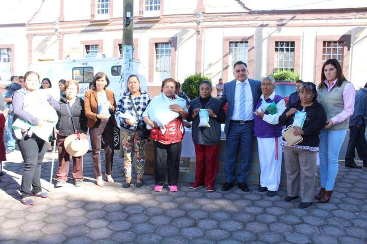 Entrega SMDIF de Tetla de la Solidaridad despensas y leche a beneficiarios