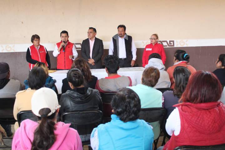 Entregan en Tetla pisos y techos del programa estatal Firmeza por una Vivienda Digna