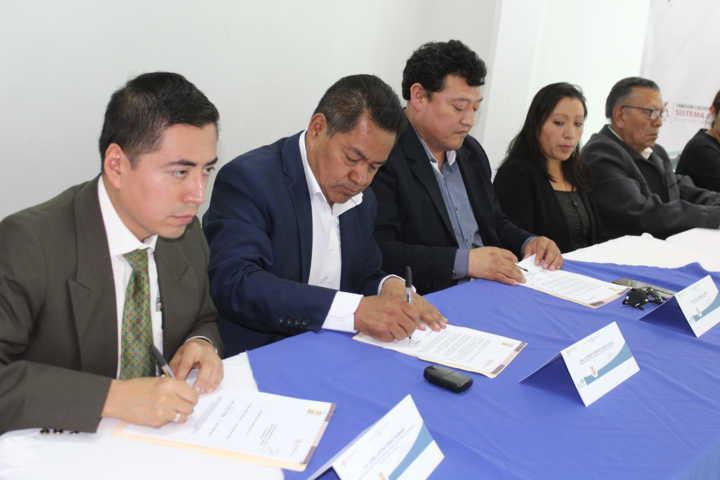 Cano Coyotl firma convenio con el comité de Anticorrupción del estado