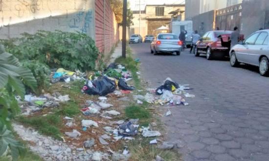 Vecinos tiran basura en calles por falta de recolección en Zacatelco