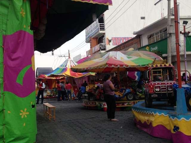 Continúan juegos mecánicos en principales calles de Zacatelco