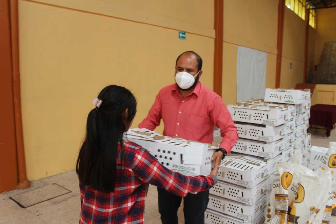 Sanabria Chávez entrega más de 120 paquetes de aves de traspatio y conejos