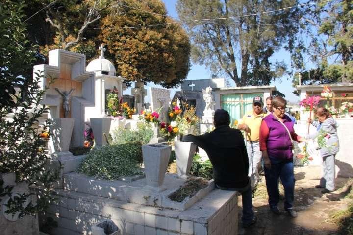 """Supervisa alcalde de Calpulalpan atención cudadana en panteones por """"Día de Muertos"""""""