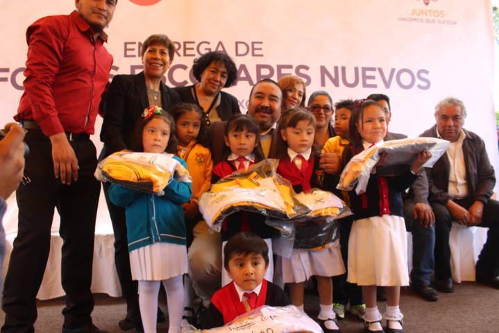Badillo Jaramillo entrega uniformes a niños de preescolar del municipio