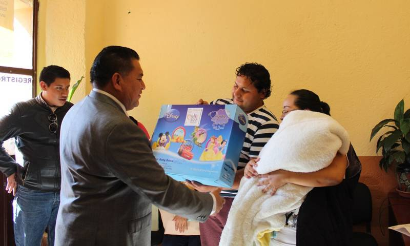 Amplia Apetatitlán entrega de cobertores a recién nacidos