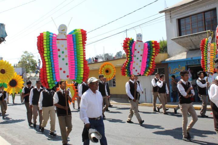 Con colorido desfile, Lardizábal recibe la primavera