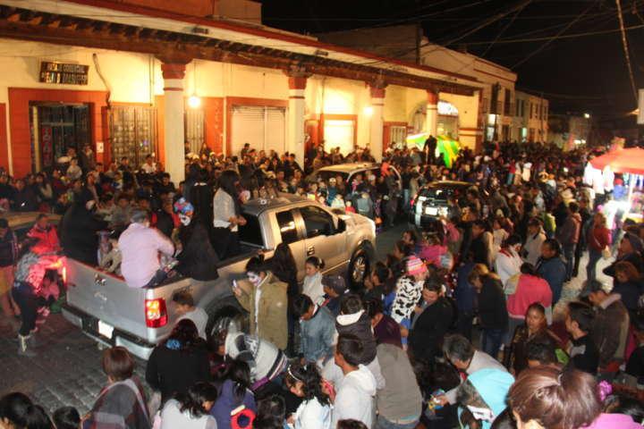 """Desfile de """"Día de Muertos"""" en Calpulalpan reúne a más de 10 mil personas"""